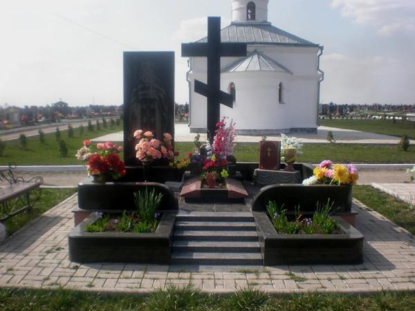 Мемориальный комплекс из гранита, установлен в Каменец-Подольске