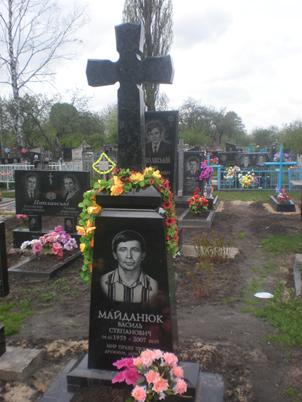 Памятник с крестом из габбро