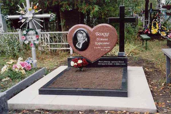 Памятник из гранита Лезниковского с сердцем
